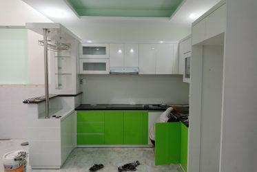 Thiết kế mẫu tủ bếp Acrylic có quầy bar TBARL-036
