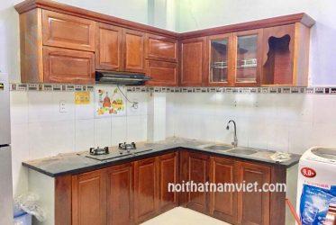 Mẫu tủ bếp gõ đỏ Nam Phi chữ L đẹp giá rẻ TBGGD-005
