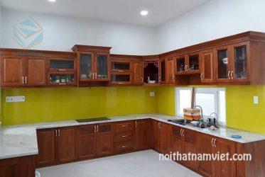 Mẫu tủ bếp gỗ gõ đỏ thiết kế tân cổ điển chữ U TBGGD-001