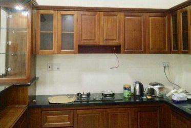 Mẫu tủ bếp gỗ sồi Mỹ tự nhiên chữ L có quầy bar đẹp TBGS-009