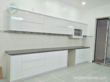 Thiết kế tủ bếp gỗ Acrylic chữ I hiện đại màu trắng AC-2057