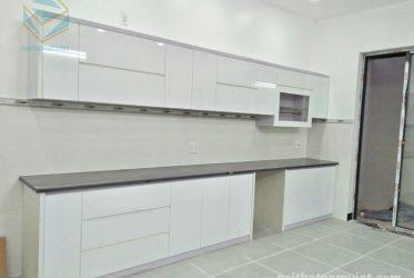 Thiết kế tủ bếp gỗ Acrylic chữ I màu trắng hiện đại TBARL-045