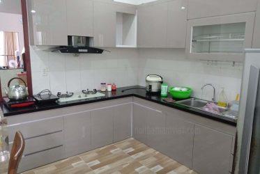 Mẫu tủ bếp gỗ Acrylic bóng gương màu xám chữ L đẹp sang trọng TBARL-038