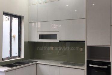Mẫu tủ bếp gỗ Acrylic An Cường màu trắng thiết kế chữ L sang trọng TBARL-035