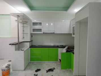 Thiết kế mẫu tủ bếp Acrylic có quầy bar AC-2057