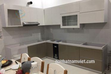 Tủ bếp thùng gỗ Picomat cánh Acrylic màu trắng xám đẹp hiện đại TBARL-015