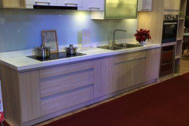 Tủ bếp gỗ Laminate màu vân gỗ kết hợp Acrylic chữ I TBLM-006