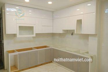 Mẫu tủ bếp gỗ MDF lõi xanh cánh Acrylic màu trắng xám độc đáo TBARL-020