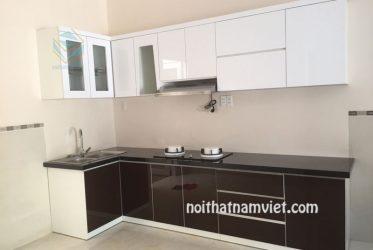 Tủ bếp gỗ Acrylic chữ L nhỏ cho chung cư màu trắng nâu TBARL-019