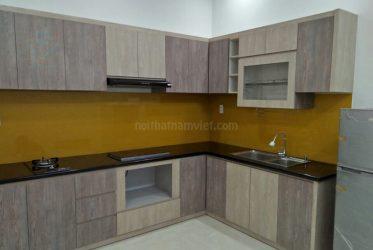 Mẫu tủ bếp gỗ Laminate chữ L màu xám sang trọng LM-1001