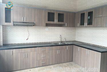 Mẫu tủ bếp gỗ Laminate thiết kế chữ L hiên đại TBLM-002