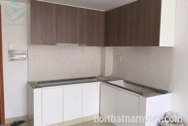 Tủ bếp gỗ Laminate màu vân gỗ kết hợp màu trắng TBLM-011
