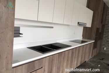 Mẫu tủ bếp gỗ Laminate LM-1037 trắng phối nâu vân gỗ hiện đại