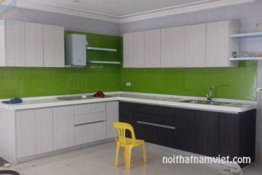 Mẫu tủ bếp gỗ Acrylic kết hợp kính ốp bếp màu xanh lá nổi bật AC-2058