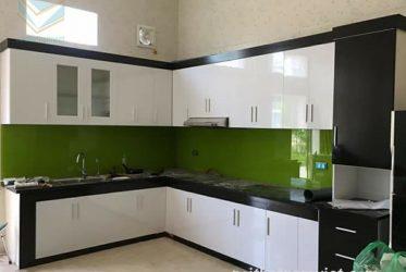 Tủ bếp gỗ Acrylic màu trắng đen đẹp dành cho bếp rộng rãi AC-2060