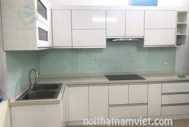 Thi công tủ bếp gỗ Acrylic AC-2070 màu trắng cho không gian nhỏ gọn quận Tân Bình