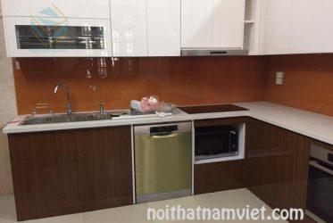Mẫu tủ bếp gỗ Acrylic màu vân gỗ kết hợp trắng đẹp AC-2073