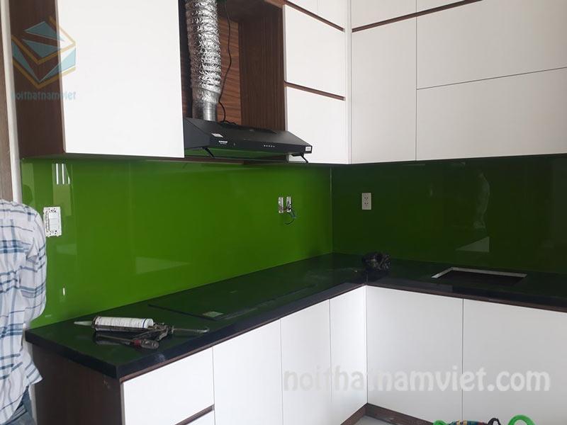 Thi công tủ bếp Acrylic AC-2083 chữ L màu trắng hiện đại Quận Bình Thạnh