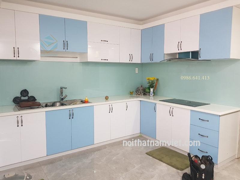 Tủ bếp gỗ Acrylic màu trắng xen màu xanh nổi bật AC-2099