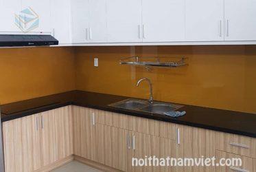 Tủ bếp gỗ Acrylic bóng gương kết hợp kính ốp bếp vàng đậm nổi bật AC-2101