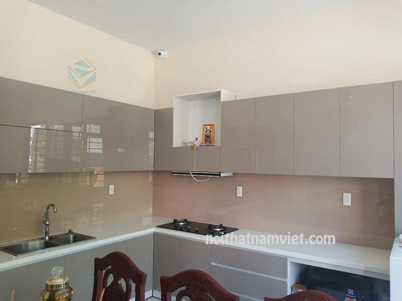 Mẫu tủ bếp acrylic màu nâu xám đẹp