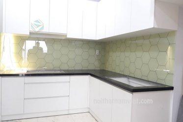 Thiết kế thi công tủ bếp gỗ Acrylic màu trắng chữ L đẹp AC-2114