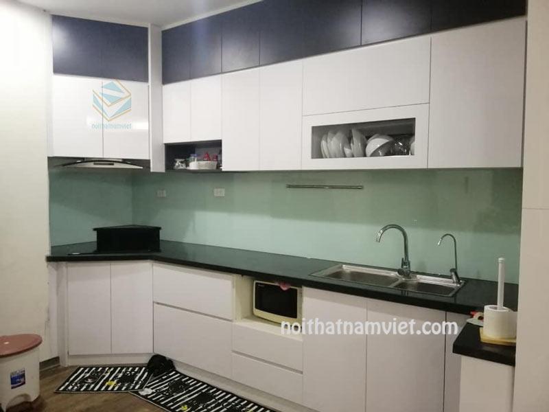 tủ bếp gỗ công nghiệp acrylic màu trắng