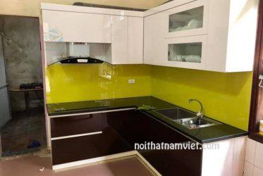 Mẫu tủ bếp gỗ Acrylic màu trắng kết hợp nâu đất AC-2121
