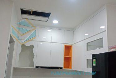 Mẫu tủ bếp gỗ Acrylic kiểu dáng chữ L màu trắng hiện đại AC-2115