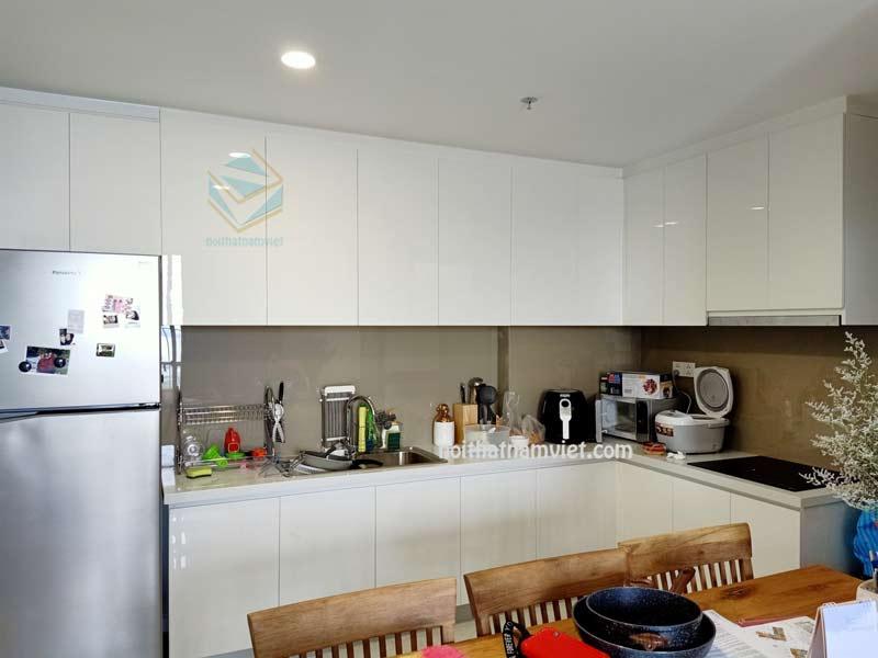 Tủ bếp acrylic màu trắng đẹp nhà anh Tuấn
