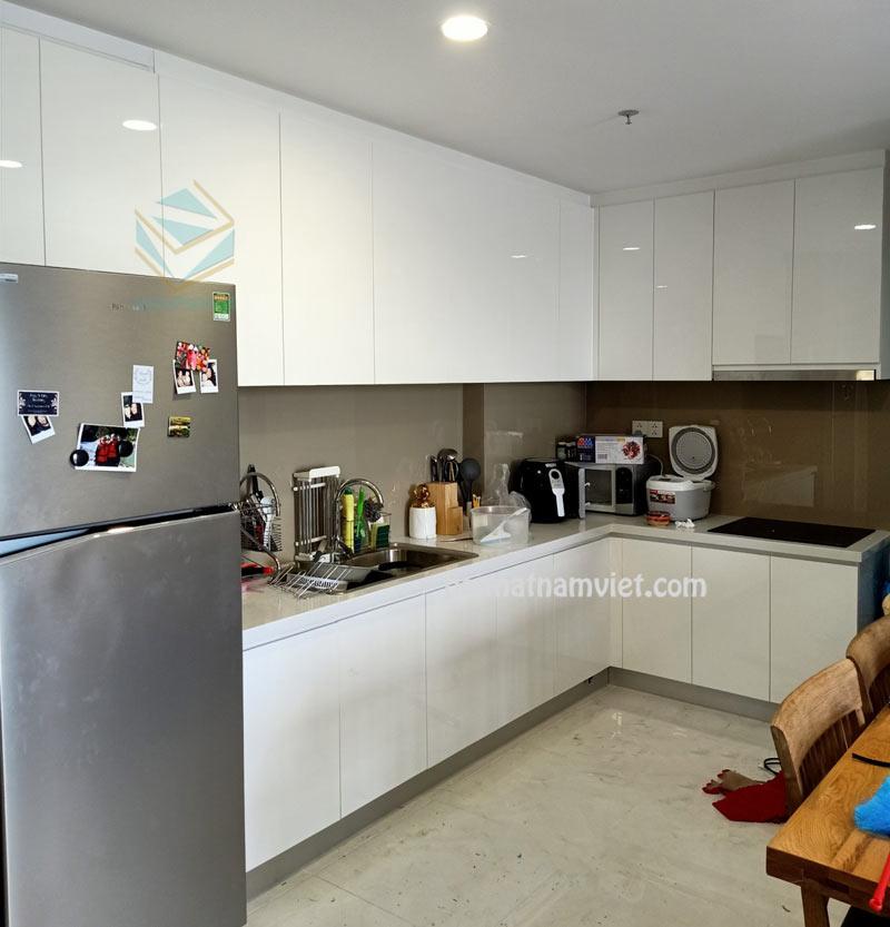 Tủ bếp acrylic màu trắng chữ L sang trọng
