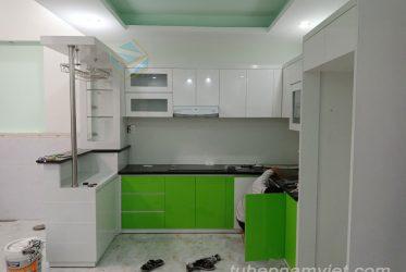 Tủ bếp hiện đại kết hợp quầy rượi mini đẹp cho căn hộ nhà phố năm 2020