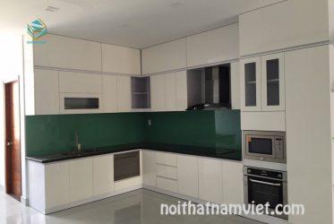 Mẫu tủ bếp gỗ Melamine kiểu dáng chữ L màu trắng hiện đại MM-0031