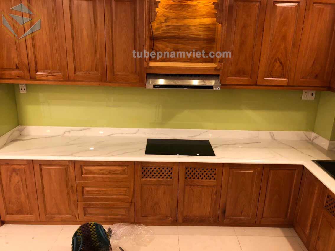 Công trình thi công tủ bếp gỗ Gõ Đỏ tự nhiên phong cách tân cổ điển