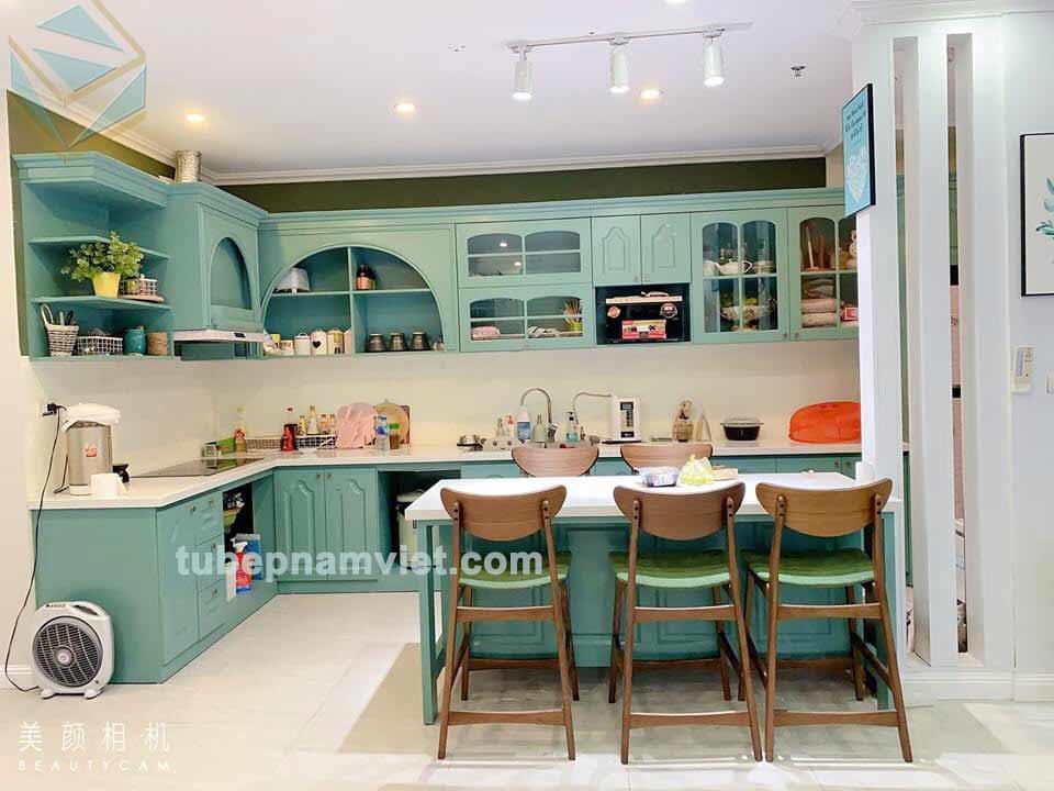 mẫu tủ bếp gỗ sồi sơn xanh bán cổ điển hotrend 2020