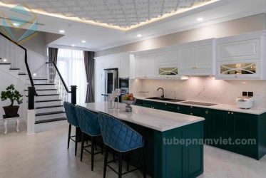 Mẫu tủ bếp gỗ Tần Bì sơn trắng xanh sang trọng hoàng gia giá tốt