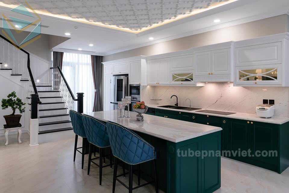 Mẫu tủ bếp gỗ ASH Tần Bì tông xanh hoàng gia sang trọng kèm bếp đảo