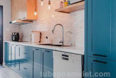 Mẫu tủ bếp gỗ sồi nga tự nhiên sơn xanh đẹp dáng chữ I cơ bản tươi trẻ
