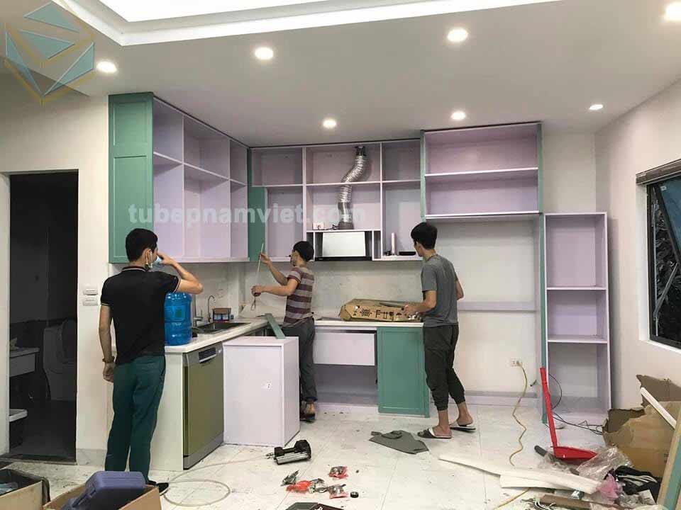 Hình ảnh thi công tủ bếp gỗ sồi sơn xanh