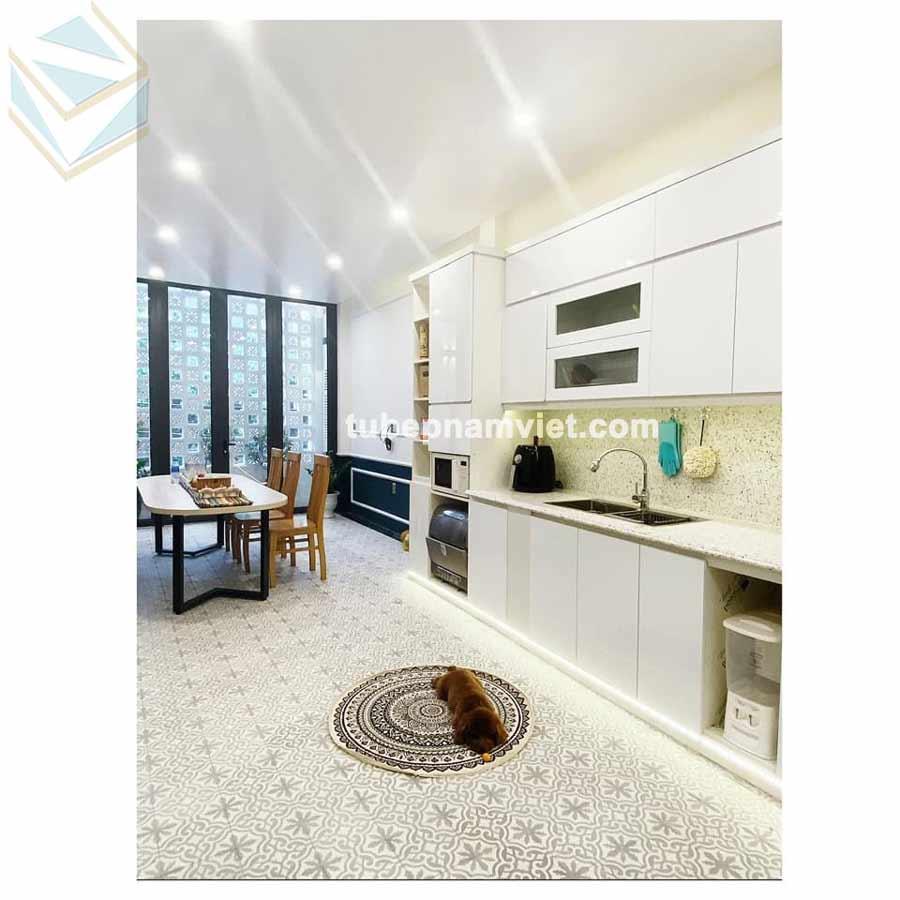 mẫu tủ bếp acrylic trắng hoàn thiện