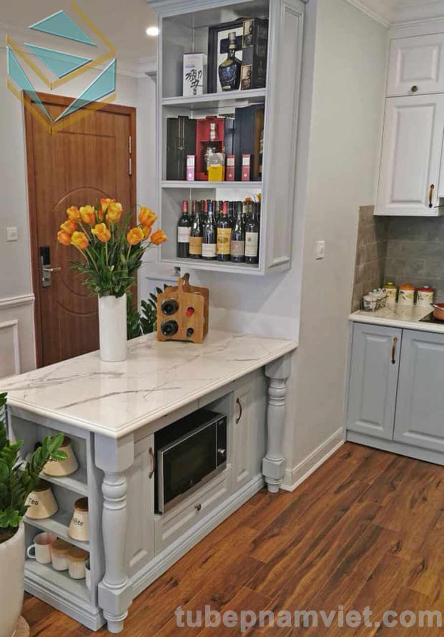 Chiếc bàn đảo mini của tủ bếp gỗ sồi
