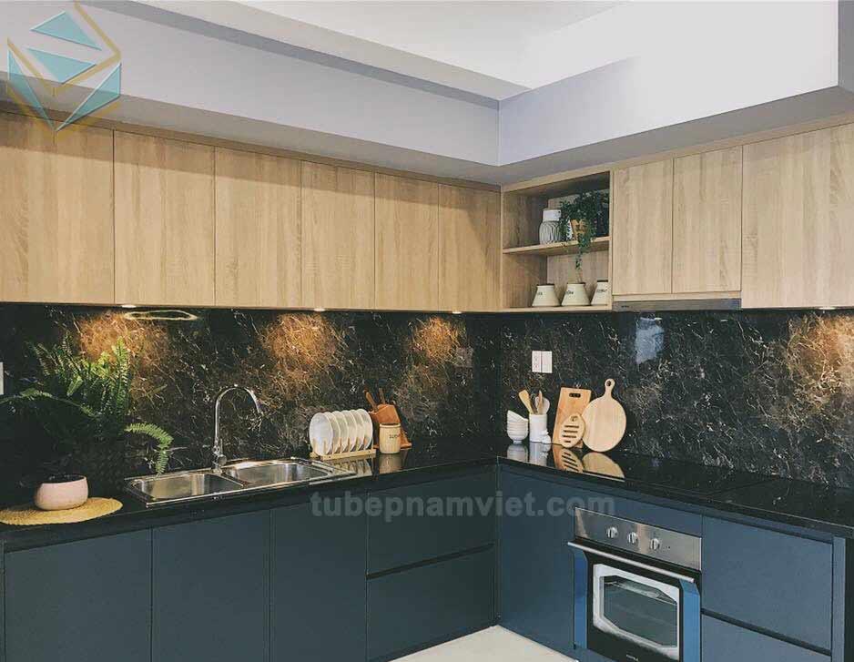 mẫu tủ bếp Melamine màu xanh đen và vân gỗ