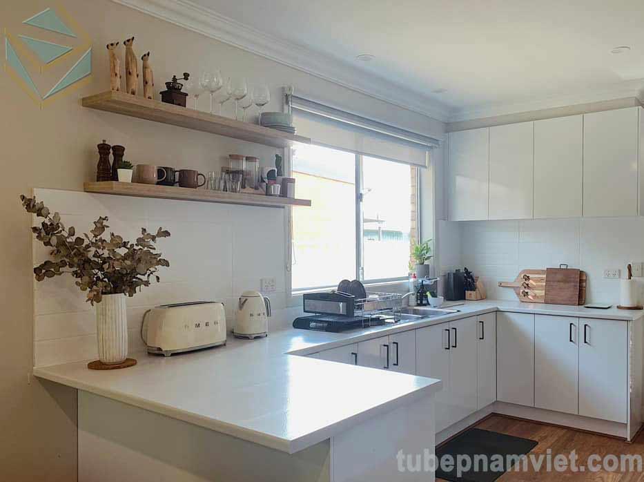 Mẫu tủ bếp Melamine kháng ẩm sơn màu trắng đẹp tân cổ điển
