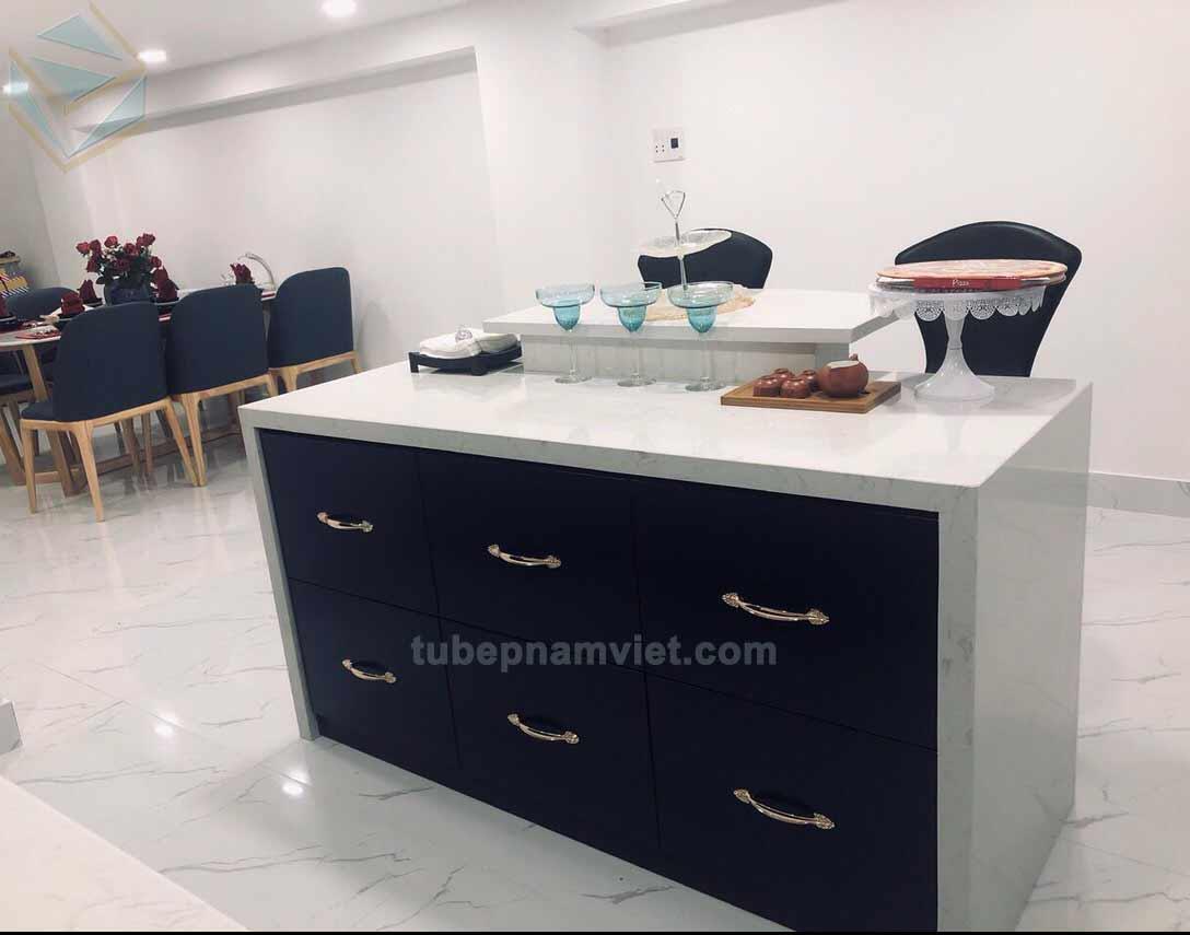 Mẫu thiết kế tủ bếp gỗ Acrylic có bàn đảo màu xanh đen hiện đại
