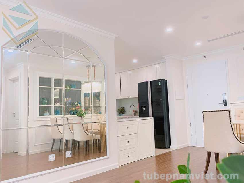 view từ phòng khách nhìn vào tủ bếp màu trắng