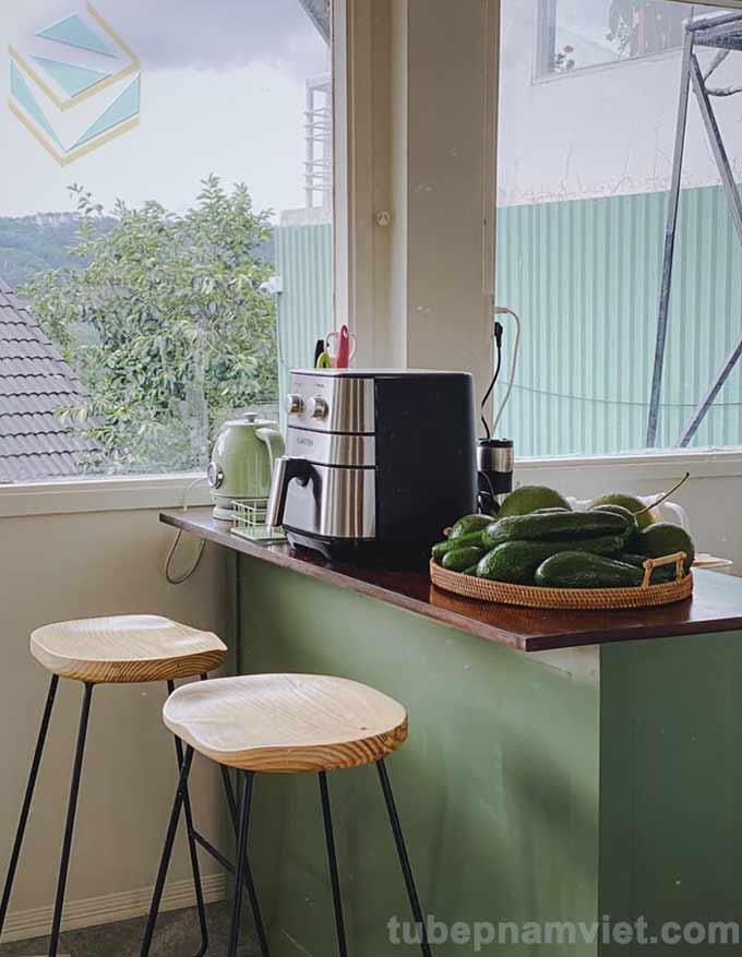 Thiết kế bàn đảo của mẫu tủ bếp gỗ tần bì dễ thương