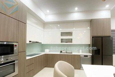 Tủ bếp gỗ công nghiệp Acrylic chữ L màu trắng kết hợp vân gỗ