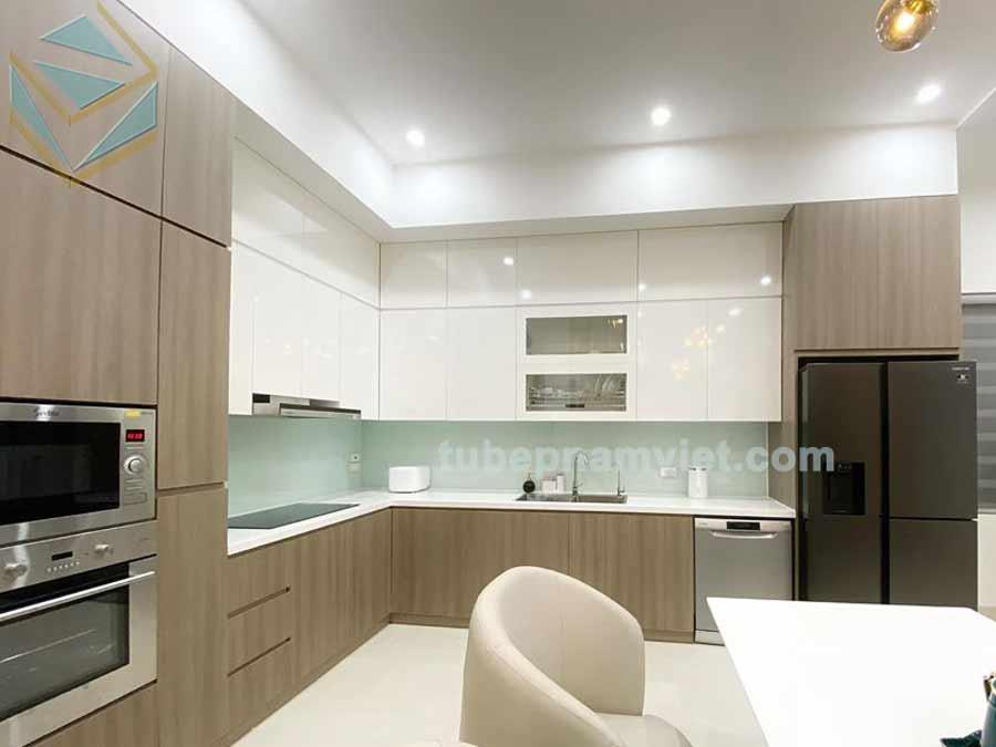 Thiết kế tủ bếp gỗ công nghiệp Acrylic chữ L màu trắng kết hợp vân gỗ