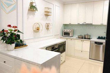 tủ bếp gỗ tự nhiên dáng chữ U màu trắng đẹp xinh xắn
