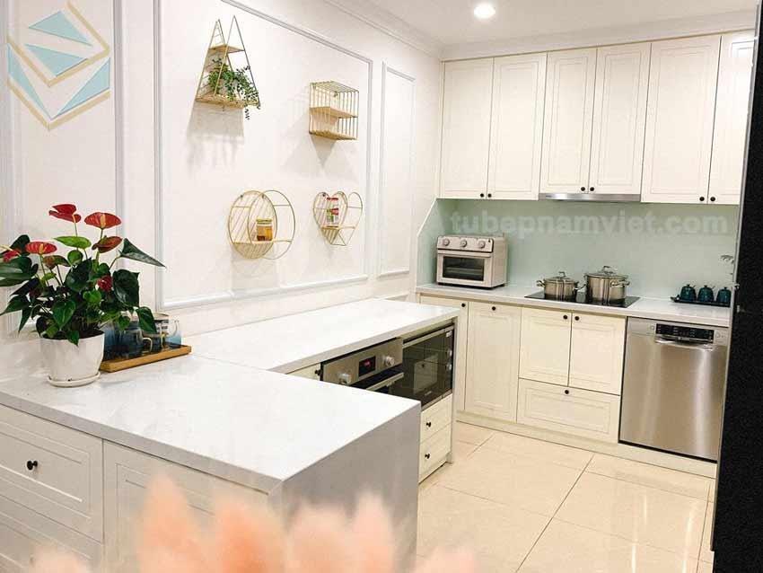 tủ bếp gỗ tự nhiên dáng chữ G màu trắng đẹp xinh xắn